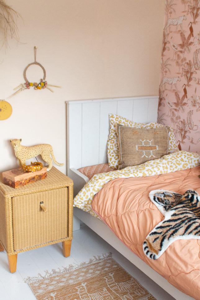 &SUUS ensuus Kinderkamerinspiratie meisjeskamer met jungle blush panter behang van May and Fay ensuus