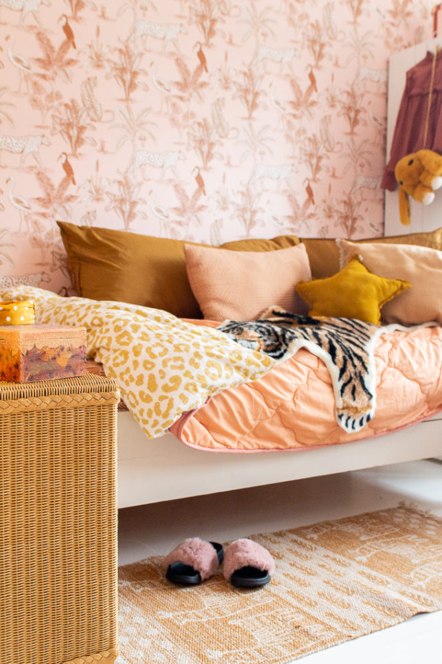 &SUUS Kinderkamer inspiratie meisjeskamer behang met jungle blush panter behang van May and Fay ensuus