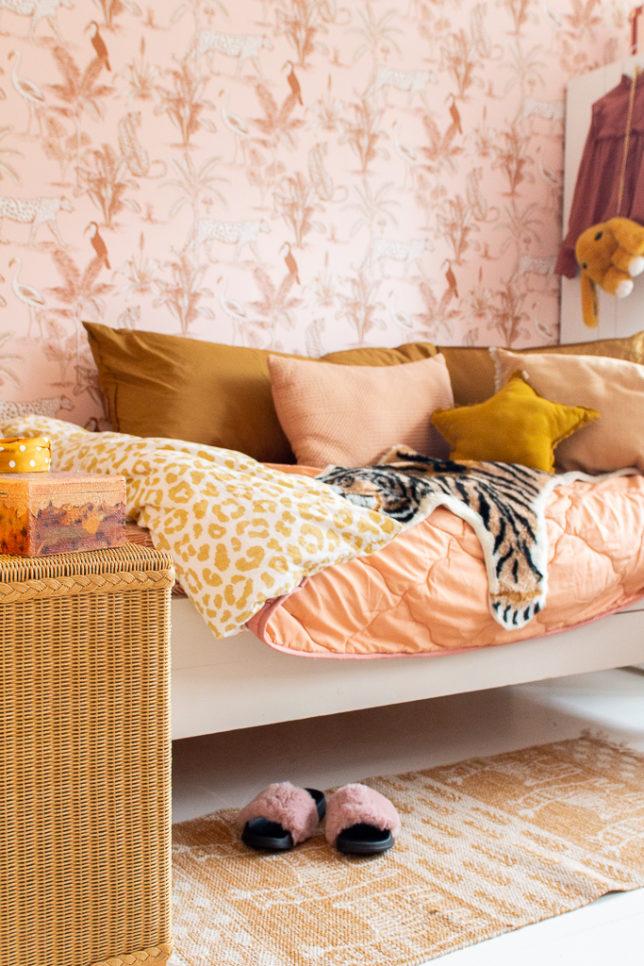 &SUUS Kinderkamer inspiratie meisjeskamer behang met jungle blush panter behang van May and Fay ensuus